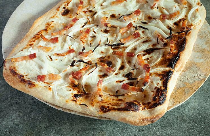 タルトフランベ<br>フランスのアルザス地方に伝わるピッツア風の郷土料理。薄生地のサクサク食感をお楽しみください。