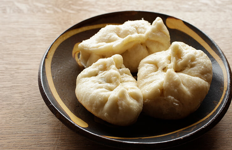 蒸し焼き万頭。 <br>湯気まで味わいたくなる小麦料理を囲めば、たちまち食卓もほっこりあたたか。冷水さんの冬のレシピをお届けします。