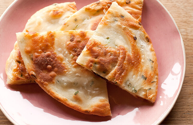 ねぎ餅<br>台湾の屋台グルメを我が家の食卓で。朝食やおやつにおすすめです。<br>冷水さんの春のレシピをお届けします。