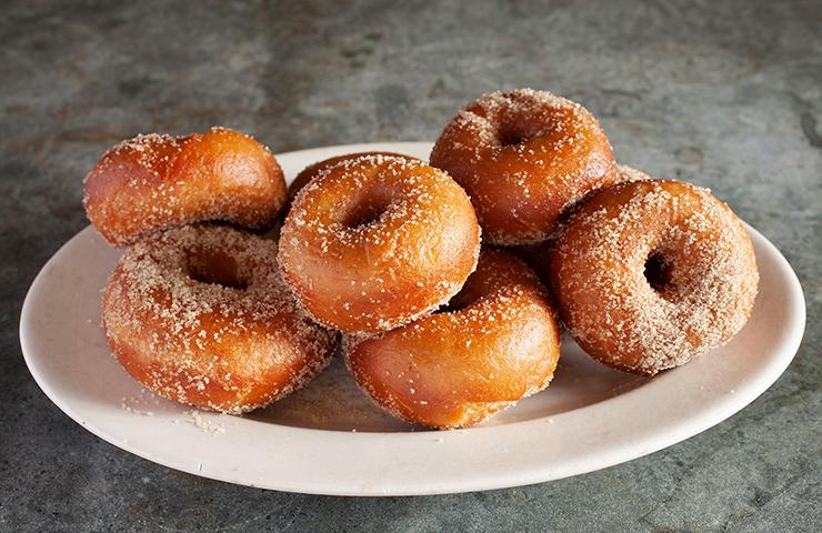 ドーナツ<br>みんな大好き!穴のあいたキュートなスイーツ、ふわっと食感のパン系タイプのドーナツのレシピです。