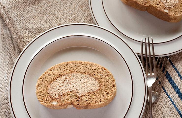 モカロールケーキ。 <br>湯気まで味わいたくなるコムギ料理を囲めば、たちまち食卓もほっこりあたたか。冷水さんの冬のレシピをお届けします。