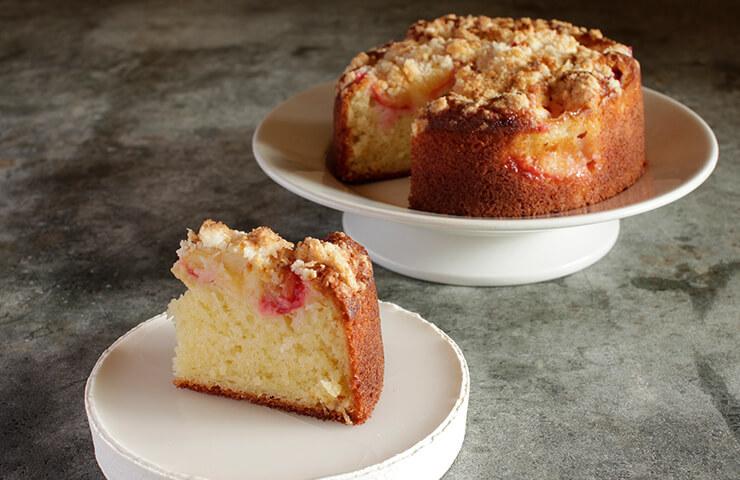 すももケーキ<br>クランブルをのせて焼き上げるサクサク感と、ケーキのフワフワ感が織りなす食感のコントラスト。おもてなしの一品としても作りたいスイーツです。